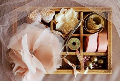 Квітка з шифону: брошка для наряду або шпилька для волосся (фото)