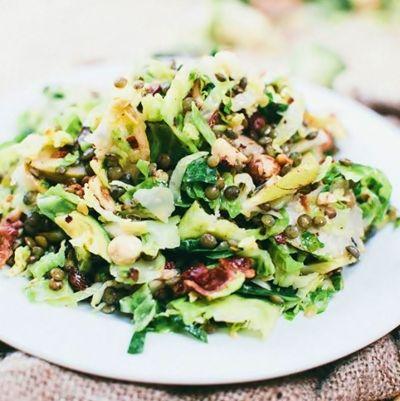 Салат із брюссельської капусти з беконом і грушами (фото)