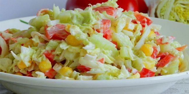 Салат з капустою і крабовими паличками