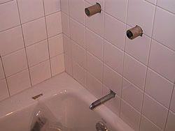 Укладання керамічної плитки навколо ванни у ванній кімнаті