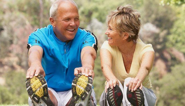 Чоловік і жінка роблять вправу на розтяжку